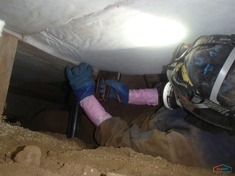 床下断熱材の貼付け