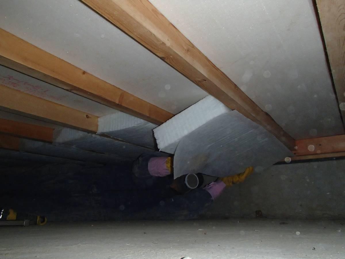 床下断熱材の設置